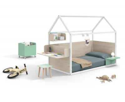 Chambre pour enfant composée d'un lit maison fermé avec un bureau