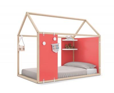 Lit maison en bois fermé avec des étagères et des portants
