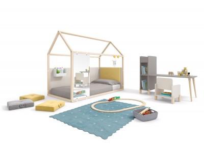 Chambre enfant composée d'un lit maison fermé avec bureau